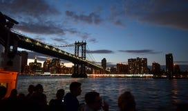 Puente de Brooklyn que mira New York City Imágenes de archivo libres de regalías