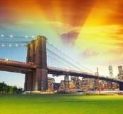 Puente de Brooklyn según lo visto del parque en la noche Fotografía de archivo