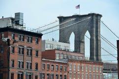 Puente de Brooklyn sobre edificios imágenes de archivo libres de regalías