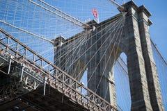 Puente de Brooklyn y cielo azul Imágenes de archivo libres de regalías