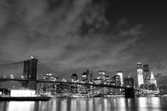 Puente de Brooklyn y horizonte de Manhattan en la noche Fotos de archivo libres de regalías
