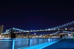 Puente de Brooklyn y horizonte de Manhattan en la noche Imagen de archivo libre de regalías