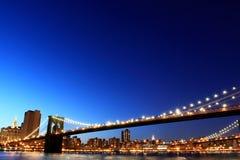 Puente de Brooklyn y horizonte de Manhattan en la noche Foto de archivo libre de regalías