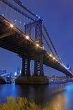 Puente de Brooklyn y horizonte de Manhattan en la noche NYC Fotografía de archivo libre de regalías
