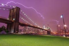 Puente de Brooklyn y horizonte dramático del cielo y del relámpago imagen de archivo