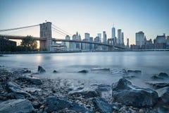 Puente de Brooklyn y Manhattan en la hora azul fotos de archivo