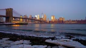 Puente de Brooklyn y Manhattan en la salida del sol metrajes