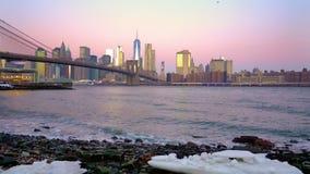 Puente de Brooklyn y Manhattan en la salida del sol almacen de video