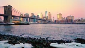 Puente de Brooklyn y Manhattan en la salida del sol almacen de metraje de vídeo