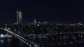 Puente de Brooklyn y paisaje urbano en la noche almacen de video