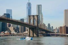 Puente de Brooklyn y un barco Foto de archivo