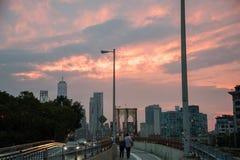 Puente de Brooklyn y un horizonte más bajo de Manhattan en la puesta del sol Foto de archivo