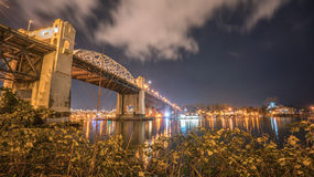 Puente de Burrard en noche Imágenes de archivo libres de regalías