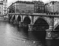 Puente de BW Praga Foto de archivo libre de regalías