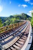 Puente de caballete histórico en Myra Canyon en Kelowna, Canadá Foto de archivo