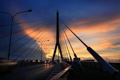 Puente de cable en el crepúsculo Fotografía de archivo libre de regalías