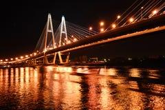 Puente de cable grande en la noche, St Petersburg Imágenes de archivo libres de regalías