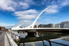 Puente de cable moderno sobre el río Liffey en Irlanda Imagenes de archivo