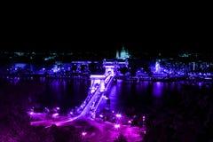 Puente de cadena colorido Budapest Hungría en la noche imagenes de archivo
