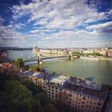 Puente de cadena de Budapest con las nubes, Hungría Imagenes de archivo