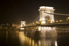 Puente de cadena de Budapest en la noche Imagen de archivo