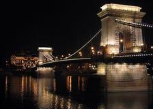 Puente de cadena de Budapest por noche Imagen de archivo