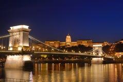 Puente de cadena de Budapest y palacio real fotos de archivo libres de regalías