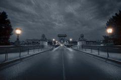 Puente de cadena en la noche lluviosa Foto de archivo