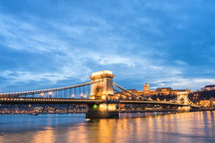puente de cadena en la puesta del sol fotos de archivo libres de regalías