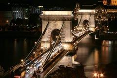 Puente de cadena iluminado en Budapest Fotos de archivo