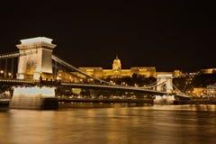Puente de cadena, Royal Palace y el r?o Danubio en Budapest en la noche imagen de archivo