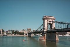 Puente de cadena sobre el río de Danubio azul fotografía de archivo