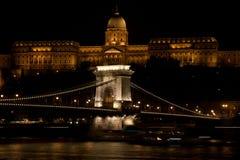 Puente de cadena y castillo iluminados en la noche, Budapest, Hungría fotografía de archivo