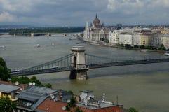 Puente de cadena y el parlamento Imagen de archivo libre de regalías