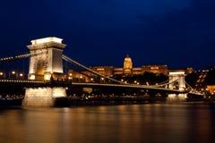 Puente de cadena y palacio real en la noche Imagen de archivo libre de regalías
