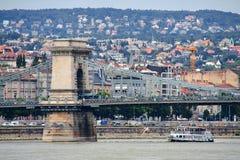 Puente de cadena y un barco, Hungría de Budapest Fotos de archivo