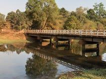 Puente de Camboya Siem Reap sobre pequeña cala en última hora de la tarde imagen de archivo libre de regalías