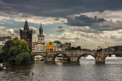 Puente de Charles Bridge (Kamenny más) Praga sobre el río de Moldava en Pragu Fotos de archivo libres de regalías