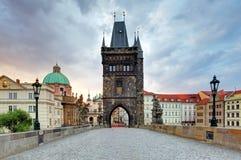 Puente de Charles con la torre, Praga fotografía de archivo libre de regalías
