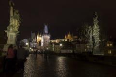 Puente de Charles en la noche con el castillo de Praga y el st Vitus Cathedral Imágenes de archivo libres de regalías