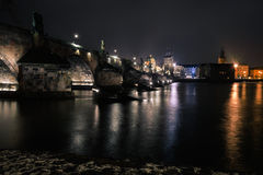 Puente de Charles en Praga con las linternas Foto de archivo libre de regalías