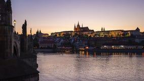 Puente de Charles en Praga, día checo al lapso de la noche de la ciudad vieja de Praga en República Checa almacen de metraje de vídeo
