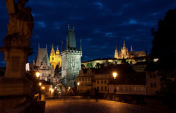 Puente de Charles en Praga en la noche Fotos de archivo