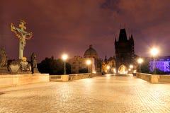 Puente de Charles en Praga en la noche fotografía de archivo