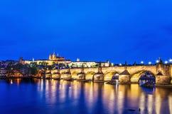 Puente de Charles en Praga en la noche Imagen de archivo