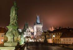 Puente de Charles, escena de la noche en Praga Foto de archivo