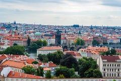 Puente de Charles, iglesia del St Nicolás y tejados de Praga Foto de archivo libre de regalías