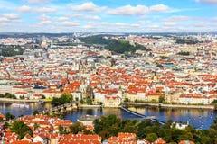 Puente de Charles sobre el río de Moldava y la ciudad vieja del suspiro de Praga imagenes de archivo
