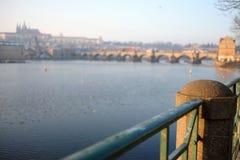 Puente de Charles y castillo de Praga Foto de archivo