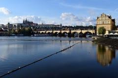 Puente de Charles y castillo de Praga Imagen de archivo libre de regalías